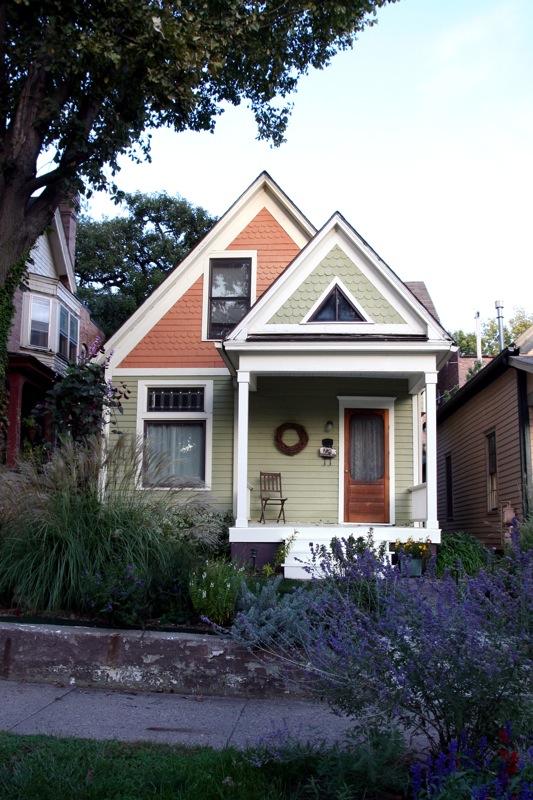 Дом в пастельных тонах